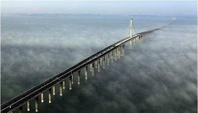 El puente sobre el mar más largo del mundo, en China. Tiene 36 kilómetros y 8 canales de circulación.