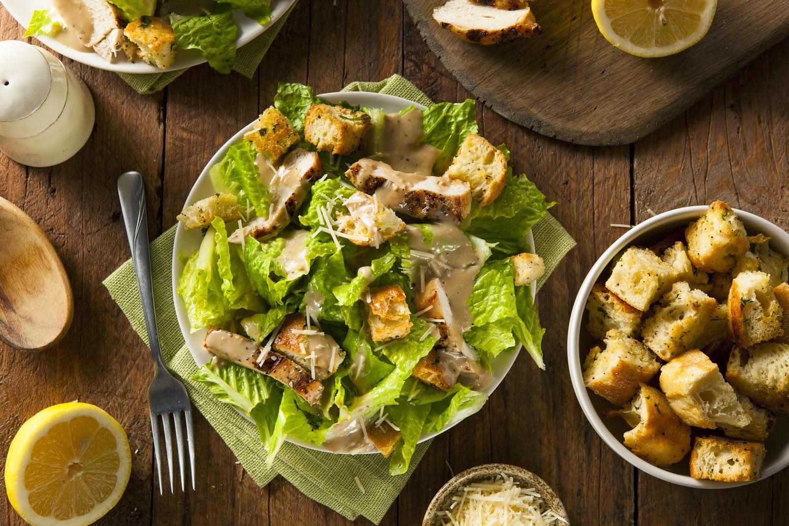 Gezonde Caesar salade met hennepzaad, hennepzaadolie en zelfgemaakte croutons                    Hennepzaad & Hennepzaadolie
