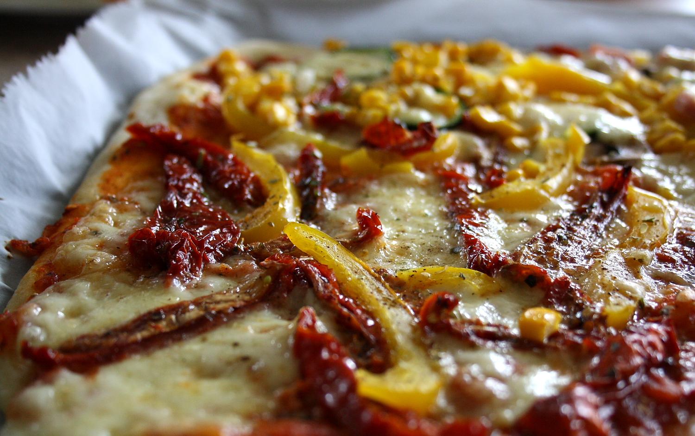 vegetarische pizza mit getrockneten tomaten the vegetarian diaries. Black Bedroom Furniture Sets. Home Design Ideas