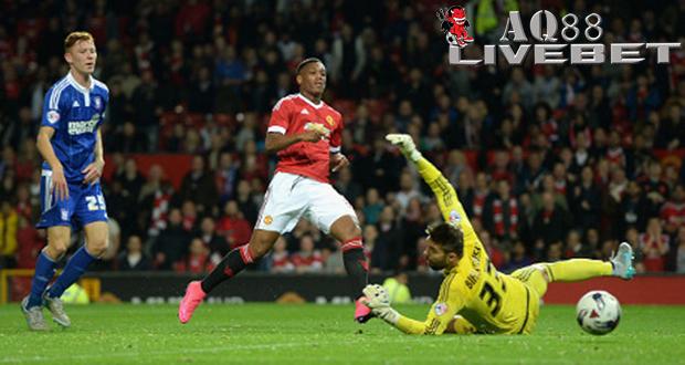 Liputan Bola - Anthony Martial kembali menorehkan gol dalam balutan kostum Manchester United. Penyerang muda asal Prancis itu menyumbang satu gol ketika 'Setan Merah' mengalahkan Ipswich Town 3-0