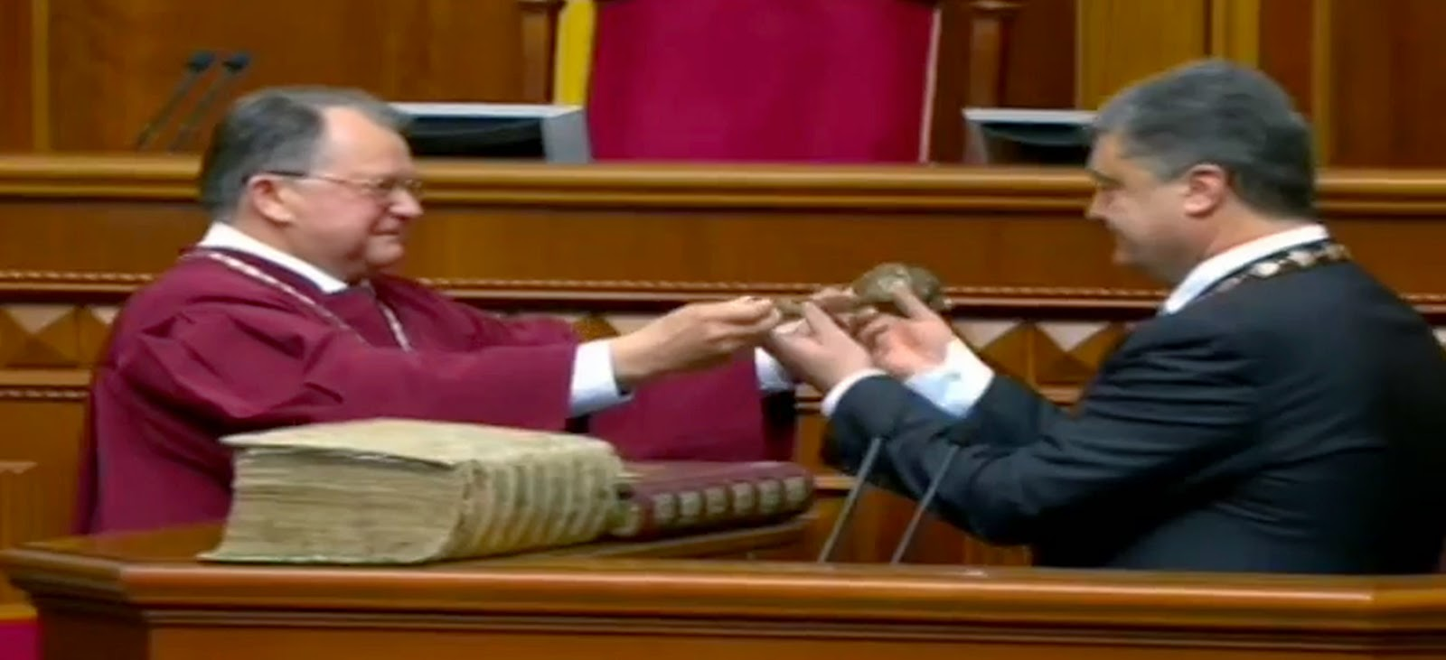 Петр Порошенко получает булаву