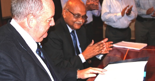 Prof Phillip Diamond (Director General, SKA) and Dr R.K.Sinha (Secretary, DAE, Govt. of India) at the signature of the membership of SKA Organisation. Credit: SKA