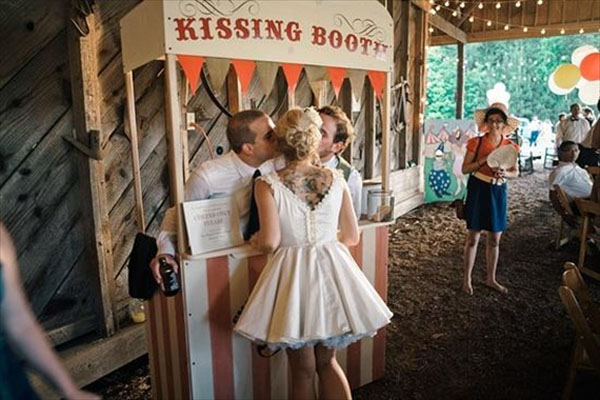 kissing booth per intrattenere gli ospiti a un matrimonio