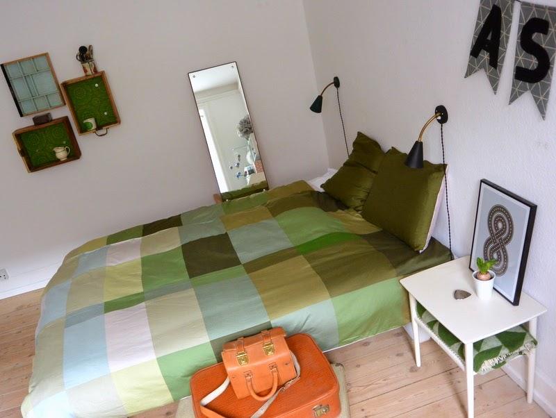 Maries fabrik: hay sengetøj og lidt billeder fra soveværelset