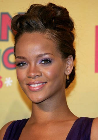 Rihanna salaş topuz saç modeli