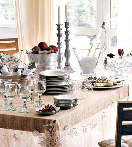 Украса за маса в бяло, сребърно и прозрачно + червен акцент