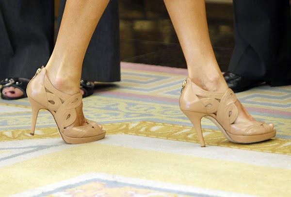 Los zapatos de tacon ejecutivo dan autoridad a los pasos