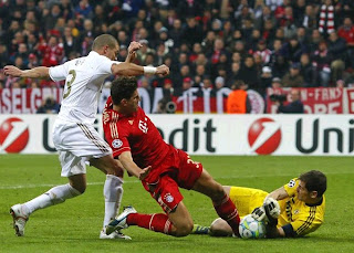 Gomez fihgting against Pepe and Casillas