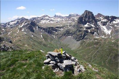 Monolito y vistas en la cima del Pic d'Aneou