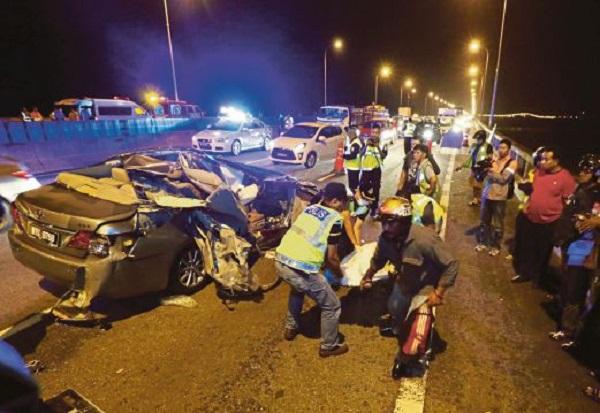 Kemalangan rempuh belakang lori