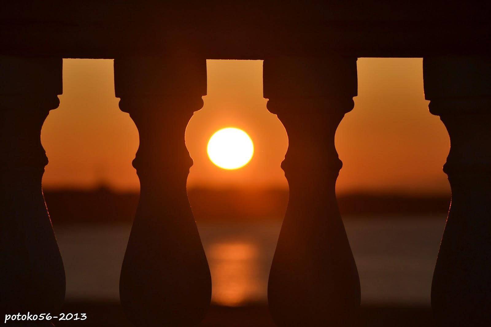 el sol saliendo visto desde la balustrada Rota