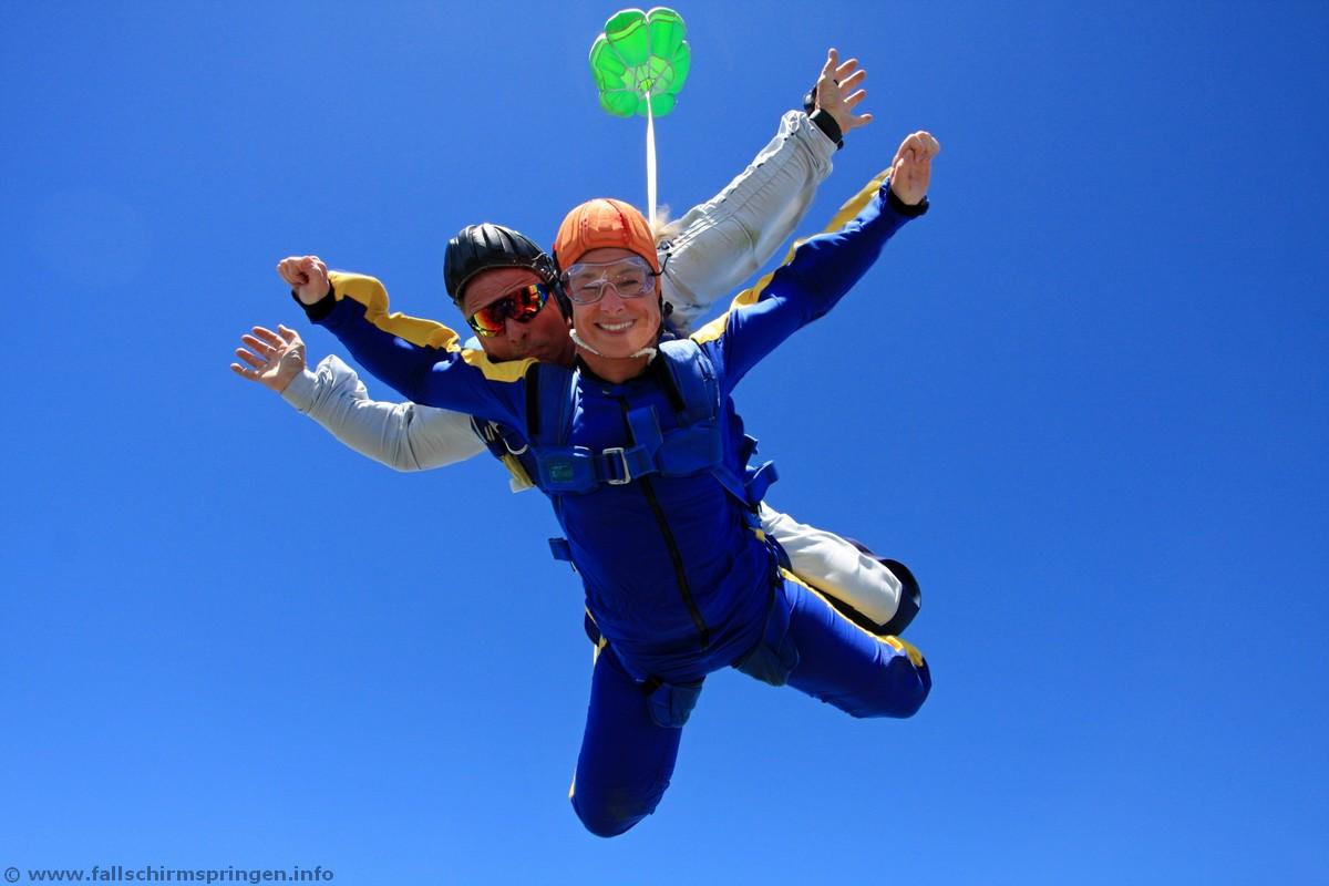 flugzeug mit fallschirm