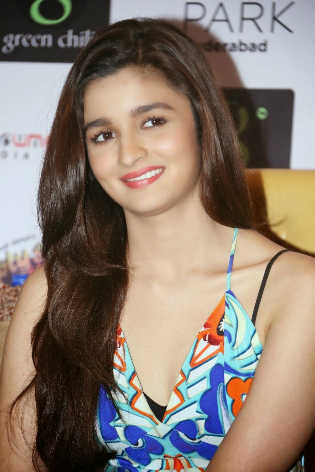 alia bhatt hot cleavage sleeveless pics