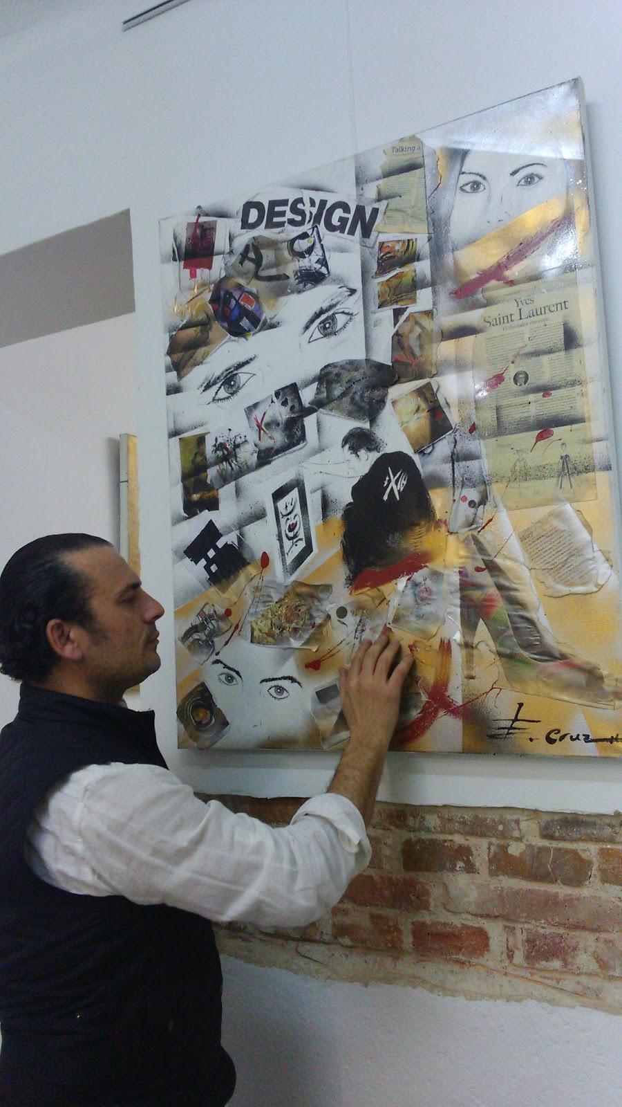 Enrique Cruz-Calonge frente a su cuadro Ojos de Luz