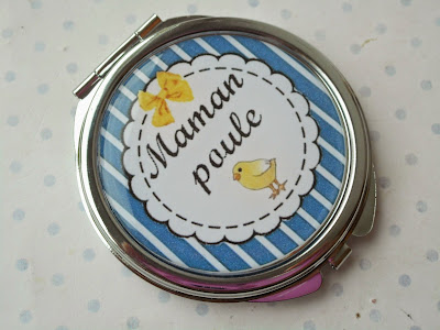 http://www.alittlemarket.com/autres-accessoires/fr_miroir_de_poche_cabochon_resine_maman_poule_bleu_blanc_jaune_poussin_fete_des_meres_-14603029.html