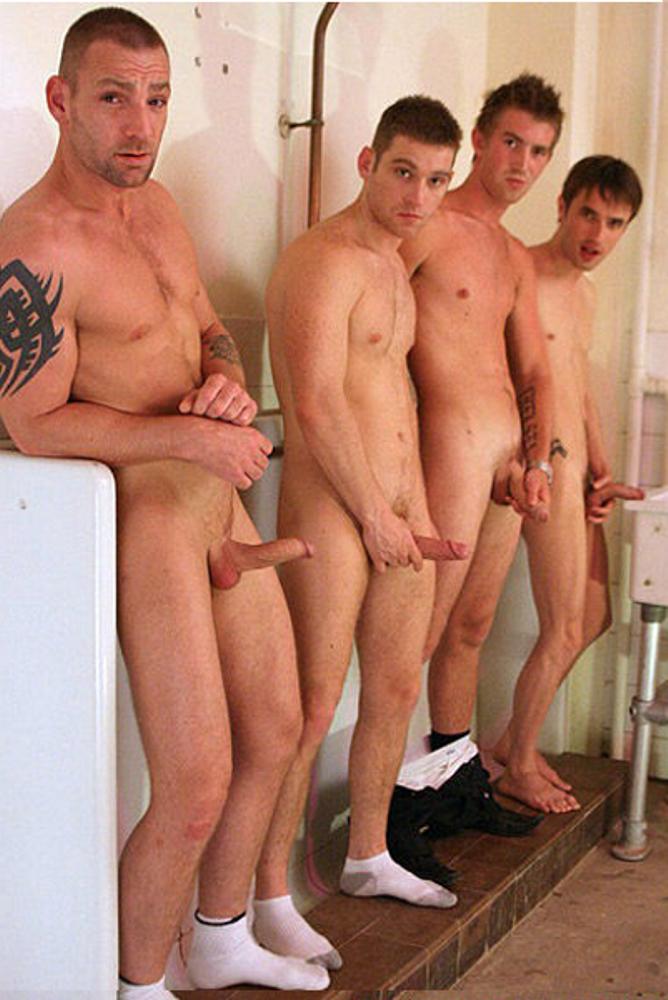 фото голые парни в туалете