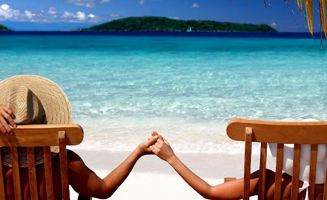Foto van zee en strand en mensen op een stoel