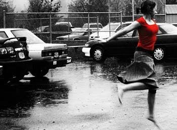 """""""A vida não é esperar a tempestade passar .."""