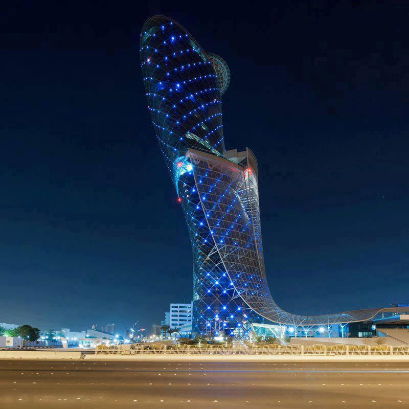 la torre capital gate es un edificio de pisos y metros de altura ubicado a minutos del aeropuerto de la ciudad de abu dhabi