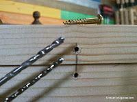 Taladrar agujeros guía para tornillos decorativos de latón. www.enredandonogaraxe.com