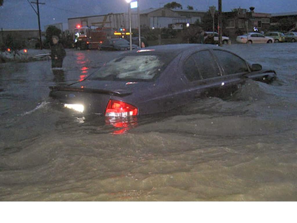 Tips Aman Mengendarai kendaraan saat banjir