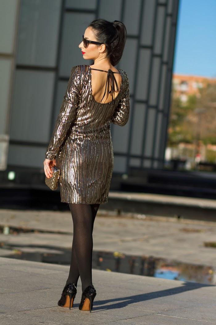 Parte trasera del vestido de fiesta con lentejuelas doradas de la blogger withorwithoutshoes