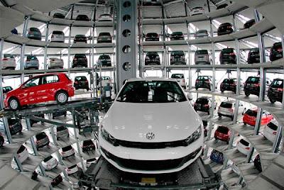 Autostadt torres de vidro cheio de carro na Alemanha