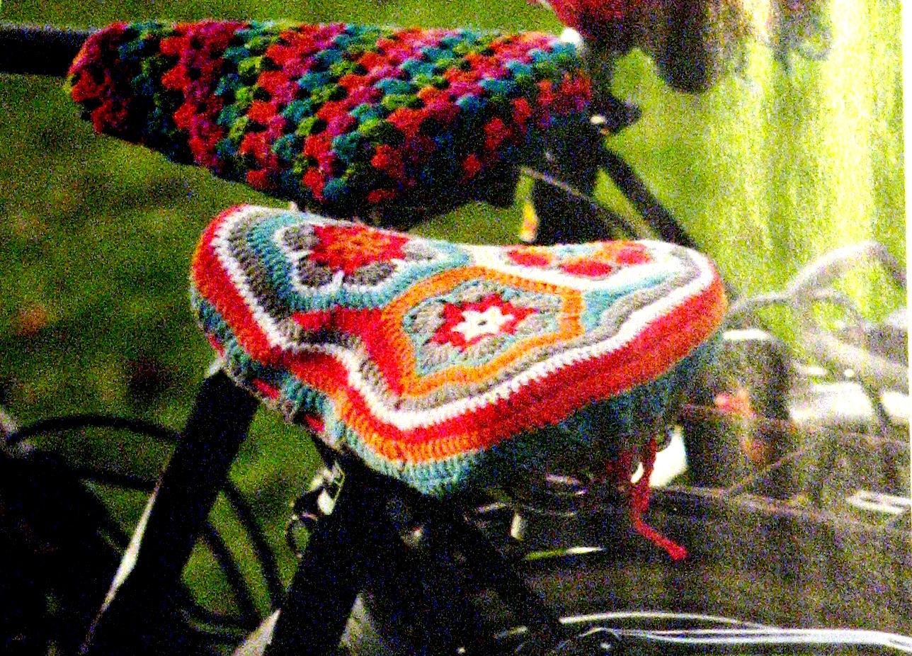 Bunte Polster für das Fahrrad - Sattelkleid häkeln | Bennelle