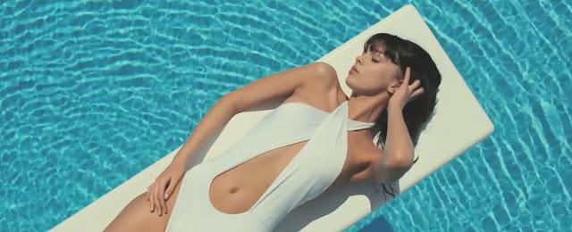 Metronomy-the-bay-chica-bikini-tomando-sol