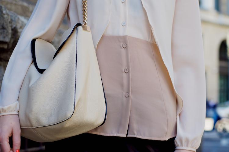 camicia beige e borsa beige con catene oro