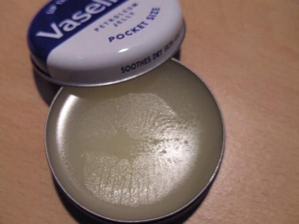 凡士林不親水,塗抹在皮膚上可以保持皮膚濕潤,使傷口部位的皮膚組織保持最佳狀態,加速了皮膚自身的修復能力