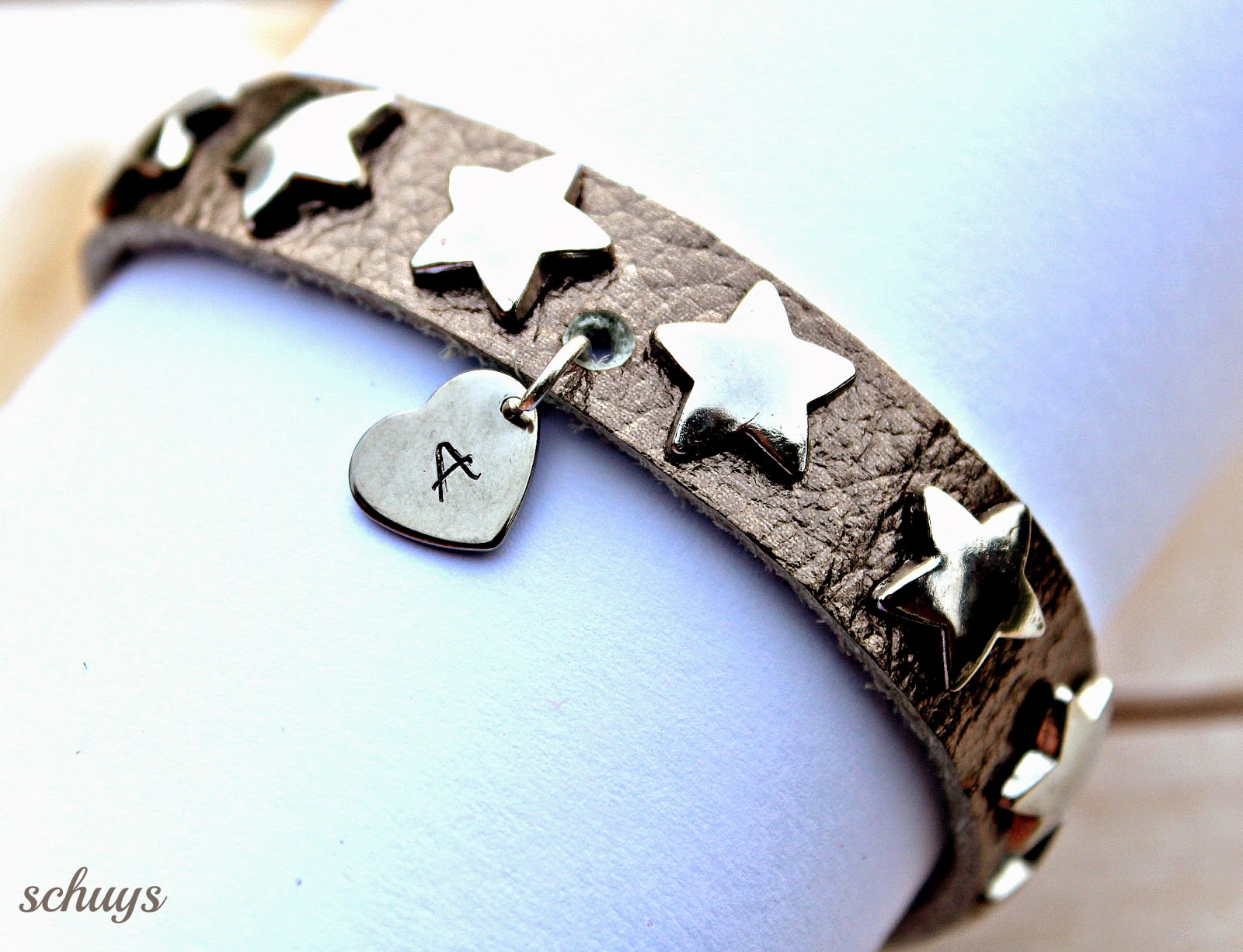 http://de.dawanda.com/product/75690367--Sterne-Nietenarmband-mit-Herz-aus-Leder