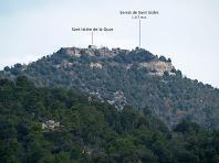 Aproximació al Serrat de Sant Isidre amb l'ermita de Sant Isidre La Quar, vistos des de la drecera d'Ocata