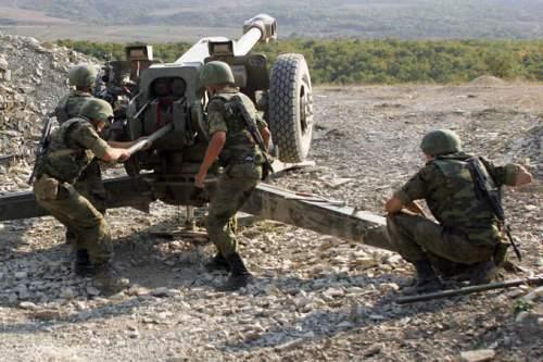 4 personil mengoperasikan Howitzer