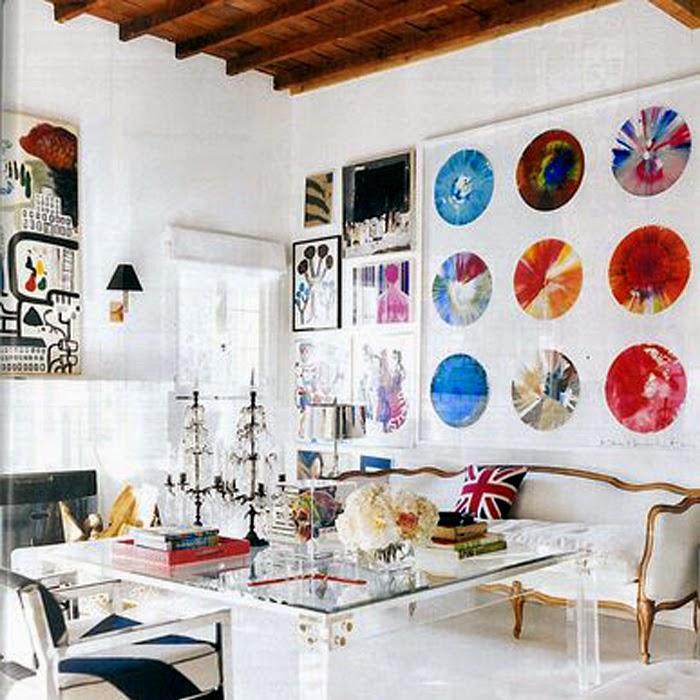 salon z kolorową ściana pełną obrazów