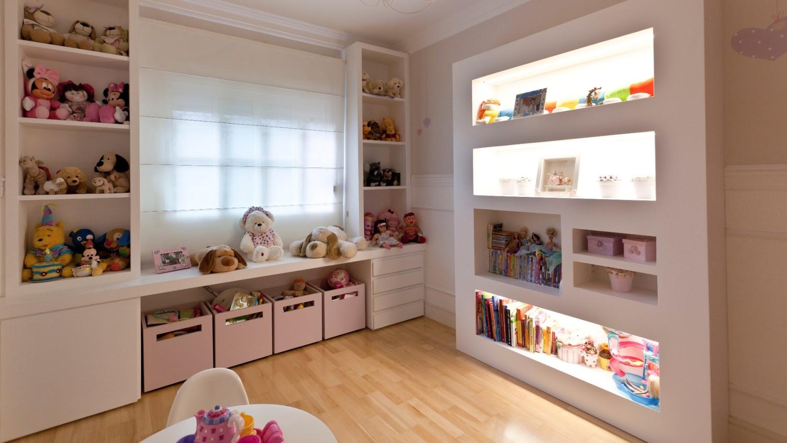 #926239  quarto de crianca uma estante de livros formando nichos iluminados 216 Janelas De Vidro P Quarto