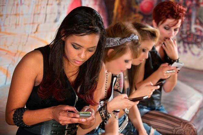 jovenes mirando el movil