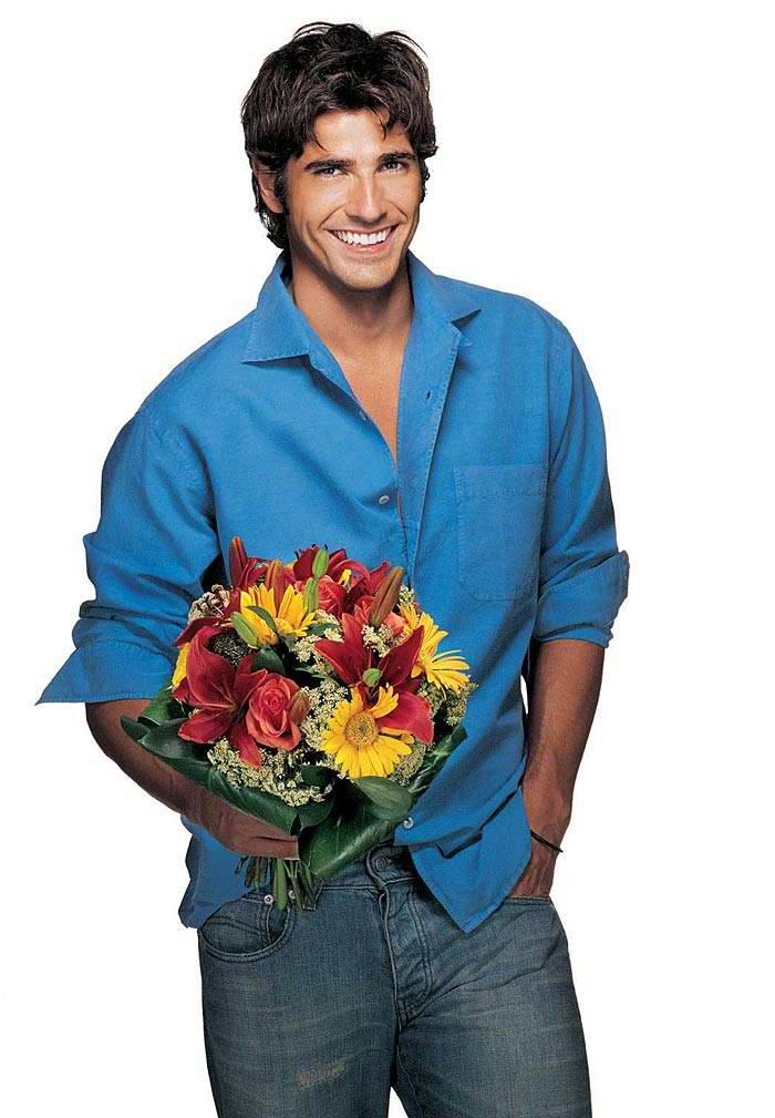 Sorrindo homem segurando flor Banco de Imagens e Fotos  - Fotos De Flores Para Homens
