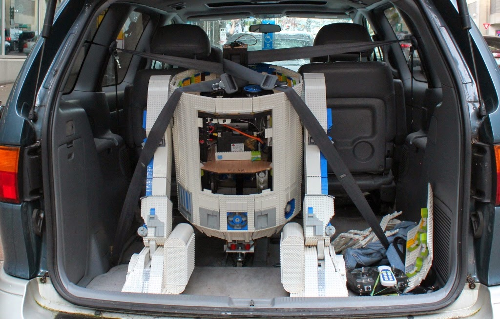 L3-G0 the Lego R2-D2 packed up and ready to go home