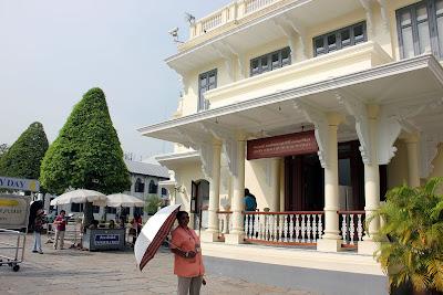 Bâtiment vêtements déchirés Grand Palais à Bangkok