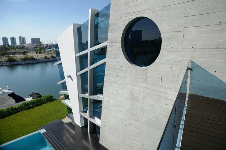 Concrete facade on Casa Gomez by SO Studio