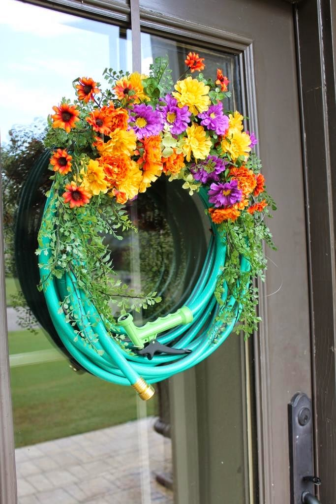 Miss kopy kat tips for making a garden hose wreath for Garden hose idea