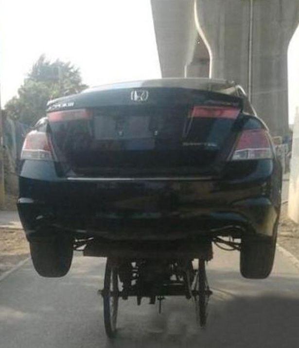 KERETA Honda Accord yang dibawa menggunakan beca.
