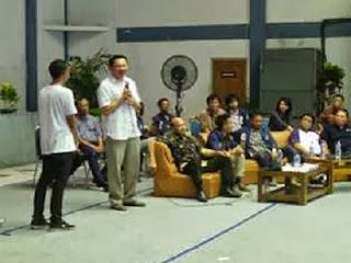 Ahok menjawab pertanyaan mahasiswa (foto Detik)