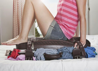 femeie impachetand bagajul