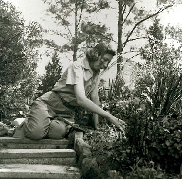 Eudora cuidando el jardín, decada de 1940