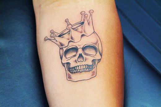 Черепаха с короной татуировка