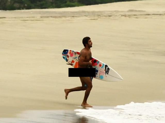 Pedro Scooby entra nu com prancha de surfe em praia do México - Reprodução