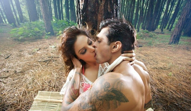 bipasha basu smooch pics, bipasha basu sexy smooch photos, bipasha basu sexy scene wallpapers, bipasha basu alone movie hot kiss scene