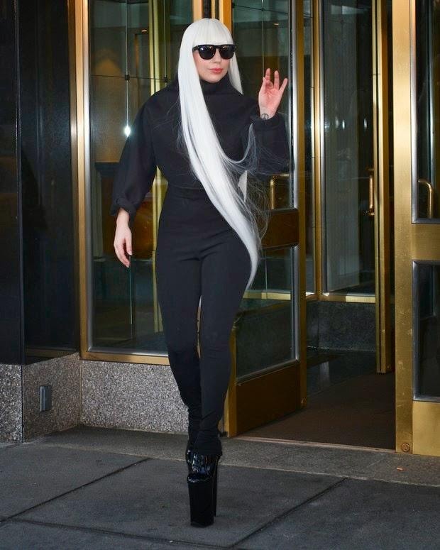 A cantora Lady Gaga usa peruca gigante, tampa o rosto com um pano para sair em NY e volta a esconder o rosto e usa máscara imensa em Nova York